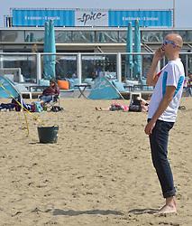 20150627 NED: WK Beachvolleybal day 2, Scheveningen<br /> Nederland heeft er sinds zaterdagmiddag een vermelding in het Guinness World Records bij. Op het zonnige strand van Scheveningen werd het officiële wereldrecord 'grootste beachvolleybaltoernooi ter wereld' verbroken. Maar liefst 2355 beachvolleyballers kwamen zaterdag tegelijkertijd in actie / Jeroen BvdGF