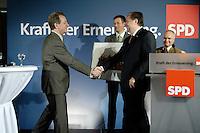 05 MAY 2006, SUNDERN/GERMANY:<br /> Kurt Beck (R), SPD, desig. SPD Parteivorsitzender und Ministerpraesident Rheinland-Pfalz, gratuliert Franz Muentefering (L), SPD, Bundesarbeitsminister, zu seiner 40jaehrigen SPD Parteimitgliedschaft, waehrend einem Stadtverbandsparteitag der SPD in Muenteferings Heimatort Sundern, Hotel Sunderland<br /> IMAGE: 20060505-02-0§3<br /> KEYWORDS: Franz Müntefering, SPD Mitgliedschaft, Jubilaeum, Jubiläum, 40 Jahre, Handshake