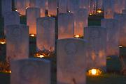 Nederland, Groesbeek, 24-12-2019 Kaarsjes zijn op kerstavond geplaatst door lokale vrijwilligers bij de graven van canadese militairen die op het oorlogskerkhof liggen. Er liggen hier 2600 gesneuvelde soldaten uit Canada die tijdens de tweede wereldoorlog hier in de regio gesneuveld zijn. Foto: Flip Franssen