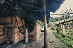 """Localizado no interior de Bento Gonçalves, o Caminhos de Pedra, mostra as paisagens e diversas casas e cantinas típicas da colonização italiana. Construída no local onde funcionava o antigo moinho Cecconello, a Casa da Erva-Mate é exemplo de um processo de aculturação. A Erva-Mate, planta muito comum na região, era conhecida e utilizada como bebida pelos índios (bugres), que a chamavam de """"Cá-a"""". O imigrante, além de absorver o hábito de consumí-la, agregou-lhe a tecnologia que permitiu a produção em grande escala. Foto: Jefferson Bernardes/Preview.com"""
