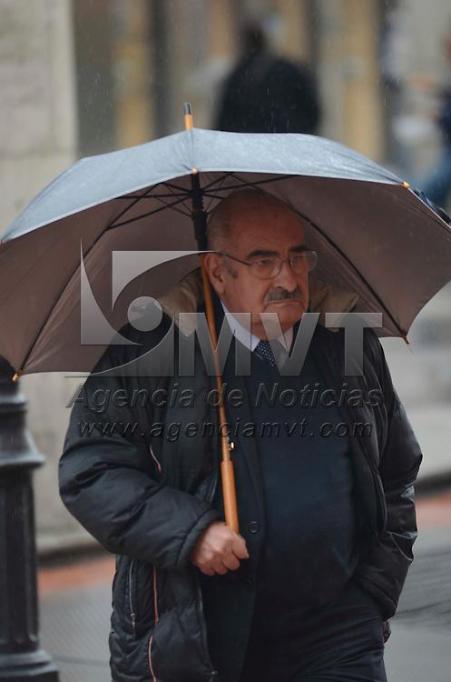 """Toluca, México.- Debido a la entrada de la tormenta tropical """"Marty"""" mexiquenses salieron desde temprana hora con chamarra y paraguas para protegerse de la lluvia y bajas temperaturas. Agencia MVT / Arturo Hernández."""