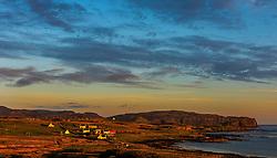THEMENBILD - Landschaft mit Häusern im Sonnenuntergang bei Seabost, Isle of Skye, Schottland, aufgenommen am 11. Juni 2015 // Houses and the Landscape in the sunset at Seabost, Isle of Skye, Scotland on 2015/06/11. EXPA Pictures © 2015, PhotoCredit: EXPA/ JFK