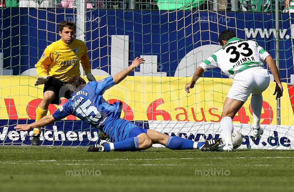 Jena , 080407 , Saison 2006/2007 ; Fussball 2.Bundesliga Greuther Fuerth - FC Carl Zeiss Jena  Cidimar DA SILVA (Fuerth) schiesst das 1:0 gegen Torwart daniel KRAUS und Toni WACHSMUTH (beide Jena)