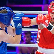NLD/Amsterdam/20181031 - Boxingstars 2018, 1e aflevering, Taeke Taekema (blauw) in gevecht Danny Froger (rood)
