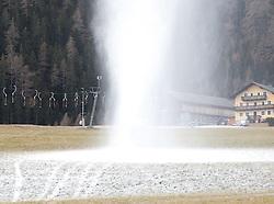 06.12.2011, Grossglockner Resort, Kals, AUT, Kunstscheeanlagen im Betrieb. Die meisten Skigebiete in Tirol warten immer noch auf Schneefall und auf kühlere Temperaturen zur künstlichen Beschneiung der Pisten, im Grossglocknerresort in Kals wurden in der Nacht von Montag auf Dienstag die Beschneiungskanonen zum erstmal für diese Wintersaison in Betrieb genommen. EXPA Pictures © 2011, PhotoCredit: EXPA/ Johann Groder