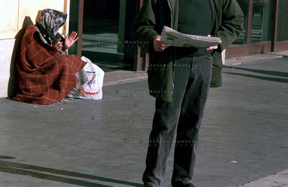Roma  2005.Una donna rom chiede l'elemosina alla Stazione Tiburtina.<br /> Rome 2005<br /> Rom woman begging on Tiburtina Station