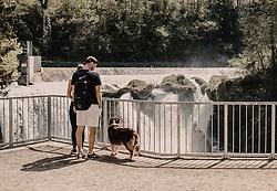 THEMENBILD - ein junges Paar stehen mit ihrem Hund auf der Aussichtsplattform des Traunfall aufgenommen am 24. April 2019 in Steyrermühl, Oesterreich // a young couple stand with their dog on the observation platform of the Traunfall in Steyrermuehl on 2019/04/24, Ort, Austria. EXPA Pictures © 2019, PhotoCredit: EXPA/ Stefanie Oberhauser
