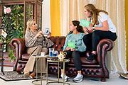 Koningin Maxima met medewerkers van de MIND Young Studio. De organisatie zet zich in voor een psychisch gezonde samenleving en voor ondersteuning, begrip en goede zorg bij psychische problemen<br /> <br /> Queen Maxima with employees of the MIND Young Studio. The organization is committed to a psychologically healthy society and to support, understanding and good care of psychological problems
