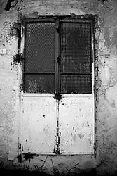 """Questa porta situata sul retro del """"Cinema Massimo"""", nel paesino di Lizzano in provincia di Taranto, ormai chiuso dagli anni 70, restituisce i tempi andati. Arrugginito, vecchio e deturpato dal tempo, rimane impassibile al suo posto come se il suo compito non fosse mai terminato!"""