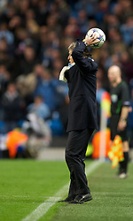 18.10.2011, City of Manchester Stadion, Manchester, ENG, UEFA CL, Gruppe A, Manchester City (ENG) vs FC Villarreal (ESP), im Bild Manchester City's manager Roberto Mancini tries to take a throw-in // during UEFA Champions League group A match between Manchester City (ENG) vs FC Villarreal (ESP) at City of Manchester Stadium, Manchaster, United Kingdom on 18/10/2011. EXPA Pictures © 2011, PhotoCredit: EXPA/ Propaganda Photo/ David Rawcliff +++++ ATTENTION - OUT OF ENGLAND/GBR+++++