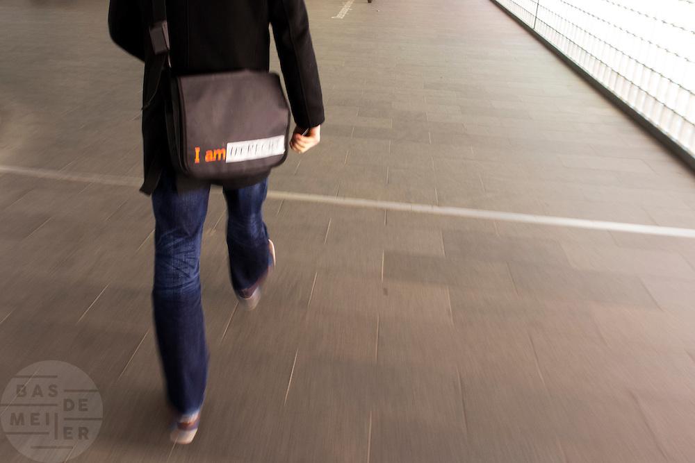 Een jongen heeft de letters Amsterdam op een tas vervangen door Utrecht