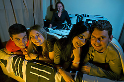 Tânia Oppitz(C), a matriarca da família permite que a filha Fernanda durma com o namorado Jose Dimitrius(E) e o filho Edgar durma com a namorada Sabrina Golombieski(2D) em casa. FOTO: Jefferson Bernardes/Preview.com