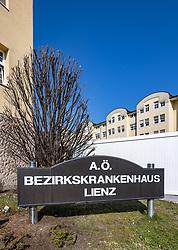 THEMENBILD - Das allgemeine öffentliche Bezirkskrankenhaus Lienz hat seine Wurzeln im ehemaligen Bürgerspital und wurde im Jahr 1931 in der Emanuel-von-Hibler-Straße eröffnet. Hier im Bild Aussenansicht A.ö. Bezirkskrankenhaus Lienz, Eingangsbereich mit Triage. Lienz am Freitag 10. April. 2020 // The general public district hospital Lienz has its roots in the former citizens' hospital and was opened in 1931 on Emanuel-von-Hibler-Strasse. Here in the picture Exterior view A.ö. District hospital Lienz, entrance area with triage. Lienz on Friday April 10th. 2020. EXPA Pictures © 2020, PhotoCredit: EXPA/ Johann Groder
