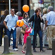 NLD/Laren/20100612 - Mensen en kinderen met oranje ballonnen van makelaar Voorma & Walch in Laren