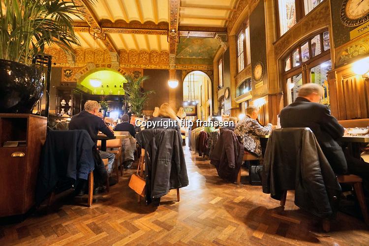 Nederland, the Netherlands, Amsterdam, 5-3-2019In de stationsrestauratie wordt gegeten en koffie gedronken . Reizigers wachten op de trein .Foto: Flip Franssen