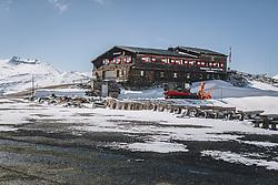THEMENBILD - Berggasthaus Fuschertörl und ein Prinoth Raptor 300r Schneepflug. Die Hochalpenstrasse verbindet die beiden Bundeslaender Salzburg und Kaernten und ist als Erlebnisstrasse vorrangig von touristischer Bedeutung, aufgenommen am 27. Mai 2020 in Fusch a.d. Glstr., Österreich // Mountain Restaurant Fuschertörl and a Prinoth Raptor 300r snowplough. The High Alpine Road connects the two provinces of Salzburg and Carinthia and is as an adventure road priority of tourist interest, Fusch a.d. Glstr., Austria on 2020/05/27. EXPA Pictures © 2020, PhotoCredit: EXPA/ JFK