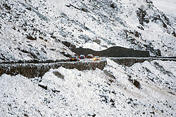 © Licensed to London News Pictures. 08/12/2017. Llanberis UK. Vehicle's negotiate the pen-y-pass in the snow this morning in the Snowdon national park. Photo credit: Andrew McCaren/LNP