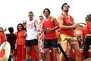 De jaarlijkse Canal Parade is onderdeel van de Amsterdam Gay Pride. Tijdens dit evenement vieren lesbiennes, homos, biseksuelen en transgenders (LHBT) dat ze mogen zijn wie ze zijn en mogen houden van wie ze willen. <br /> <br /> The annual Canal Parade is part of the Amsterdam Gay Pride. During this event lesbians, homosexuals, bisexuals and transgenders (LGBT) celebrate that they can be who they are and are allowed to love who they want.<br /> <br /> Op de foto / On the photo: