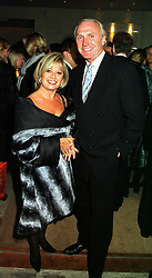 Singer ELAINE PAGE and MR CHRISTOPHER LAWRENCE-PRICE, at a party in London on 8th November 1999.MYS 146