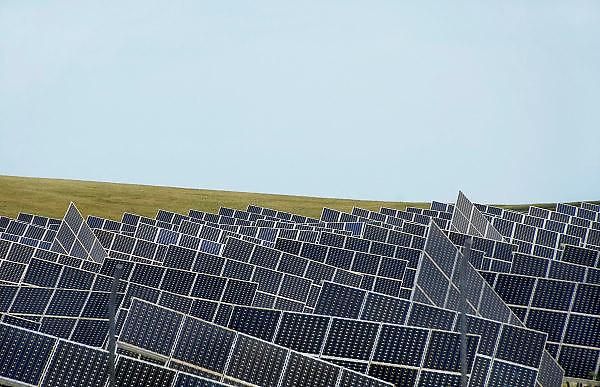 Spanje, Cadiz, 6-5-2010Een terrein vol zonnepanelen vormt een energiecentrale die stroom opwekt. In het zuiden van Spanje staan al veel zonnecentrales.Foto: Flip Franssen/Hollandse Hoogte