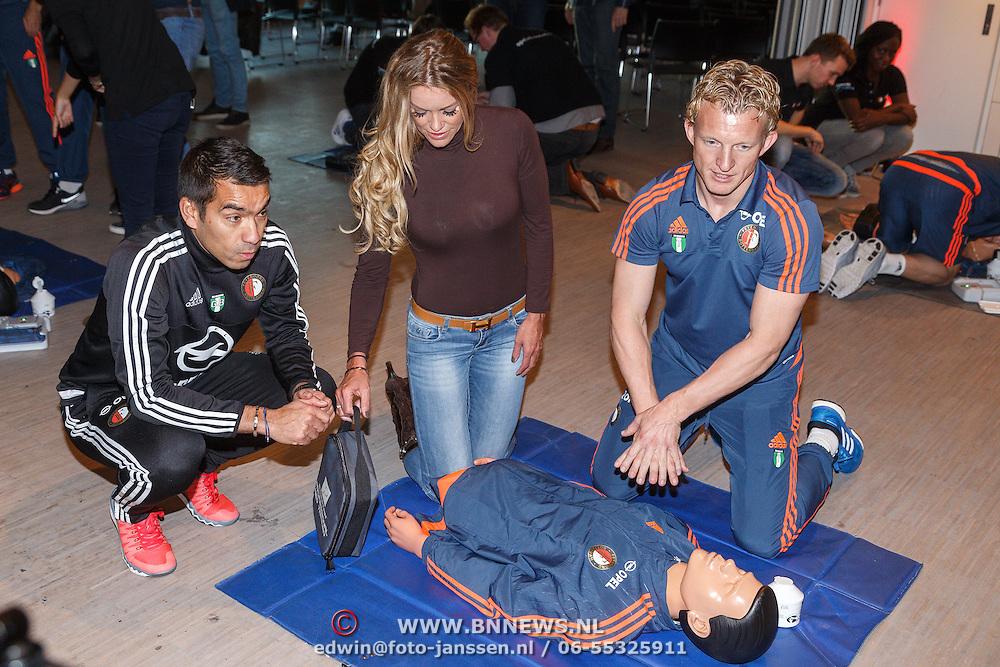 NLD/Rotterdam/20151207 - Reanimatiecursus Feyenoord selectie + bn'ers leren samen reanimeren, trainer Giovanni van Bronckhorst, Dirk Kuyt en Inge de Bruin