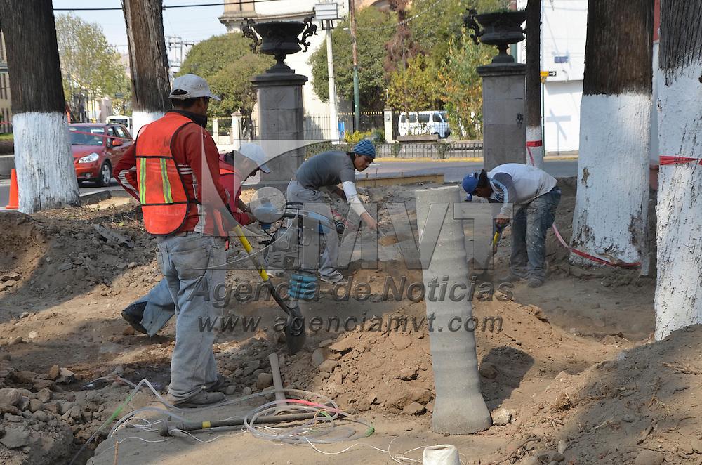 Toluca, México.- Continúan los trabajos de remodelación del paseo Colon, donde se encuentran cambiando redes de agua y drenaje, así como la introducción de tubería para el cable subterráneo. Agencia MVT / José Hernández