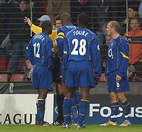 Fotball<br /> Foto: SBI/Digitalsport<br /> NORWAY ONLY<br /> <br /> UEFA Champions league.<br /> PSV Eindhoven v Arsenal<br /> 24/11/2004.<br /> <br /> Referee Herbert Fandel sends off Arsenal's Lauren for a second bookable offence