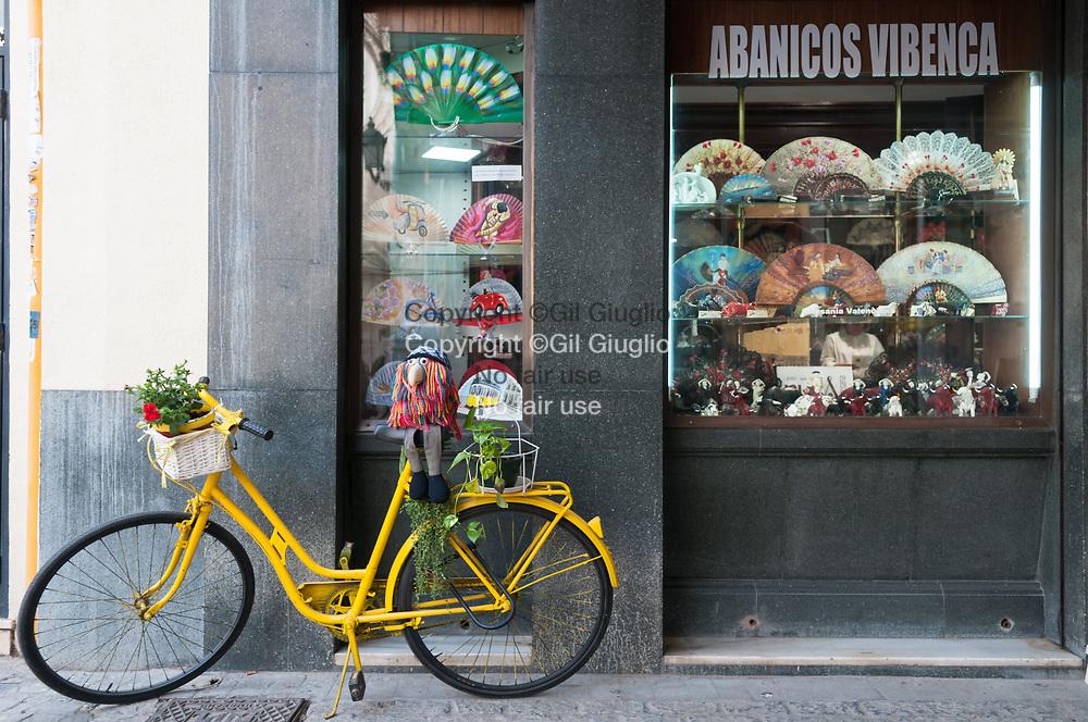 Espagne, Valence, vieille-ville, boutique artisanal d'éventails traditionnels // Spain, Valencia, old town, traditional fans shop and workshop