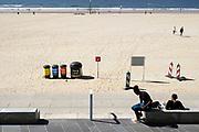 Nederland, Scheveningen, 20-10-2018 Op het strand zijn afvalbakken neergezet waar mensen hun afval in kunnen gooien . Het is een manier om te voorkomen dat het plastic en ander zwerfafval in zee terechtkomt, daarna in de voedselketen en een bedreiging voor veel dieren vormt . Foto: Flip Franssen