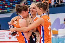 01-10-2017 AZE: Final CEV European Volleyball Nederland - Servie, Baku<br /> Nederland verliest opnieuw de finale op een EK. Servië was met 3-1 te sterk / Lonneke Sloetjes #10 of Netherlands huilt in de armen van Femke Stoltenborg #2 of Netherlands en Anne Buijs #11 of Netherlands