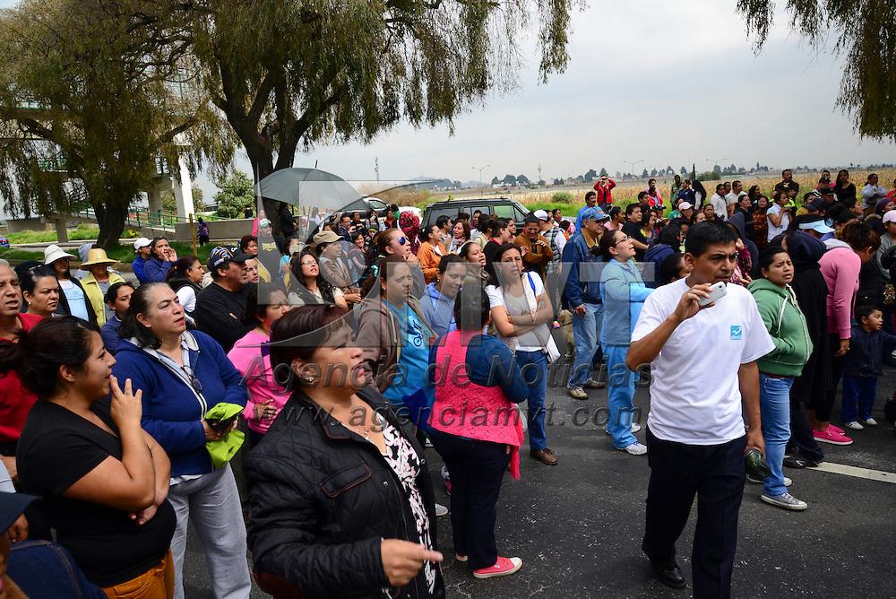 San Antonio La Isla, Méx.- Alrededor de 200 habitantes de Fraccionamiento San Dimas, en San Antoni La Isla, cerraron por una hora la carretera Tenango-Toluca exigiendo el servicio de agua potable, servicio de recolección de basura, entre otros problemas que tienen en el lugar, pidieron la presencia del alcalde José Uriel Torres a quien le dieron un ultimátum. Agencia MVT / Crisanta Espinosa