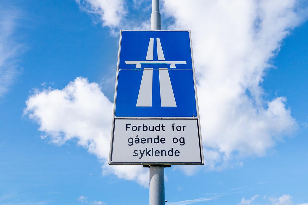 Opplysningskilt for motoveg og underskilt med tekst «Forbudt for gående og syklende».