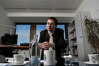 10 JAN 2005, BERLIN/GERMANY:<br /> Roger Koeppel, Chefredakteur der Tageszeitung Die Welt, waehrend einem Interview, in seinem Buero, Axel-Springer-Haus<br /> IMAGE: 20050110-02-063<br /> KEYWORDS: Roger Köppel