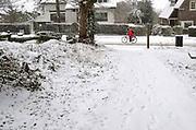 Nederland, Ubbergen, 22-1-2019 De eerste sneeuw van deze winter is gevallen. Bij de Elysese velden . Fietser fietst tegen de sneeuw in .Foto: Flip Franssen