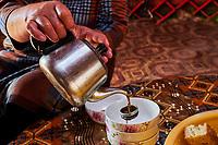 Kirghizistan, province de Naryn, le lac de Song Kol, campements de yourte des nomades Kirghiz, l'heure du thé // Kyrgyzstan, Naryn province, Song Kol lake, Kirghiz nomad's yurt camp, tea time