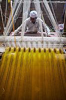 Inde, état d'Uttar Pradesh, Varanasi (Bénarès), tissage des fameux sari en soie de Benares // Asia, India, Uttar Pradesh, Varanasi (Benares), weaving of famous silk sari from Benares