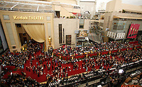 Arrivals make their way along the red carpet area outside the Kodak Theatre at the 79th Annual Academy Awards in Hollywood, California, February 25, 2007.     REUTERS/Max Morse (UNITED STATES)