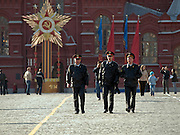 Moskau/Russische Foederation, RUS, 07.05.2008: Milizionaere patroullieren ueber den Roten Platz in Moskau. Der Platz ist bereits fuer die zwei Tage spaeter stattfindende Siegesparade (9.Mai 2008) dekoriert.<br /> <br /> Moscow/Russian Federation, RUS, 07.05.2008: Militamen on patrol at the Red Square in Moscow. The square is already decorated for the Victory Parade taking place two days later (9th of May 2008).