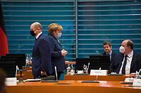 DEU, Deutschland, Germany, Berlin, 16.12.2020: Bundesfinanzminister Olaf Scholz (SPD), Bundeskanzlerin Dr. Angela Merkel (CDU), Kanzleramtsminister Helge Braun (CDU) vor Beginn der 124. Kabinettsitzung im Bundeskanzleramt. Aufgrund der Coronakrise findet die Sitzung derzeit im Internationalen Konferenzsaal statt, damit genügend Abstand zwischen den Teilnehmern gewahrt werden kann.