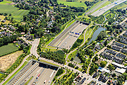 Nederland, Noord-Brabant, Breda, 23-08-2016; Prinsenbeek. Infrabundel, combinatie van autosnelweg A16 gebundeld met de spoorlijn van de HSL (re). Stadsduct Valdijk, daar achter  Park Overbos met stadsduct Over-bos. De bundel loopt in tunnelbakken, lokale wegen gaan over deze infrabundel heen, door middel van de zogenaamde stadsducten, gedeeltelijk ingericht als stadspark.<br /> Combination of motorway A16 and the HST railroad, crossed by local roads by means of *urban ducts*, partly designed as public  parks.<br /> luchtfoto (toeslag op standard tarieven);<br /> aerial photo (additional fee required);<br /> copyright foto/photo Siebe Swart