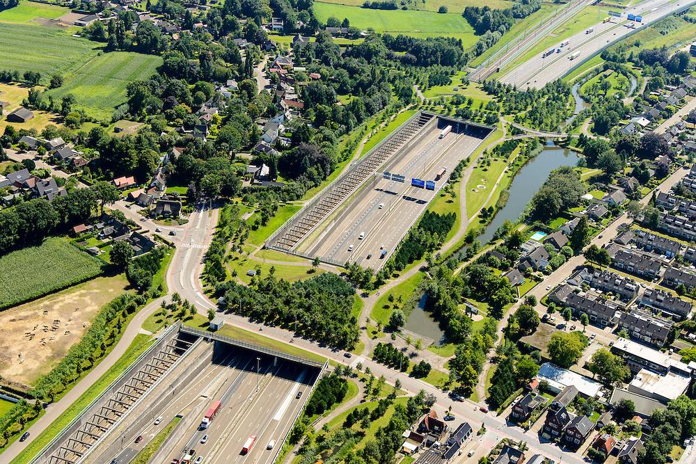 Nederland, Noord-Brabant, Breda, 23-08-2016; Prinsenbeek. Infrabundel, combinatie van autosnelweg A16 gebundeld met de spoorlijn van de HSL (re). Stadsduct Valdijk, daar achter  Park Overbos met stadsduct Over-bos. De bundel loopt in tunnelbakken, lokale wegen gaan over deze infrabundel heen, door middel van de zogenaamde stadsducten, gedeeltelijk ingericht als stadspark.<br /> Combination of motorway A16 and the HST railroad, crossed by local roads by means of *urban ducts*, partly designed as public  parks.<br /> luchtfoto (toeslag op standard tarieven);<br /> aerial photo (additional fee required);<br /> copyright foto/photo Siebe Swart