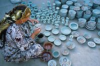 Chine. Province du Sinkiang (Xinjiang). Kashgar (Kashi). Bazar de la vieille ville. Population Ouigour. Potier. Poterie. // China. Sinkiang Province (Xinjiang). Kashgar (Kashi). Old city bazar. Ouigour population. Potter.