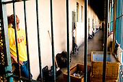Ouro Preto _ MG, 16 Janeiro de 2008..FOLHA SAO PAULO.ESPECIAL - CRISE CARCERARIA EM MINAS..Carceragem municipal de Ouro Preto. Apesar do estado ja citar que a cadeia ja esta em obras, ainda apresenta muitos problemas...Grandes falhas de seguranca: Somente dois os policiais cuidam da cadeia, um civil (turno de 24 horas) e um militar (turno de 8 horas). SuperlotaÌão 170 presos, cuja capacidade sao 80...Na imagem, corredor interno do pavilhao...FOTO: BRUNO MAGALHAES / AGENCIA NITRO / FOLHA IMAGEM