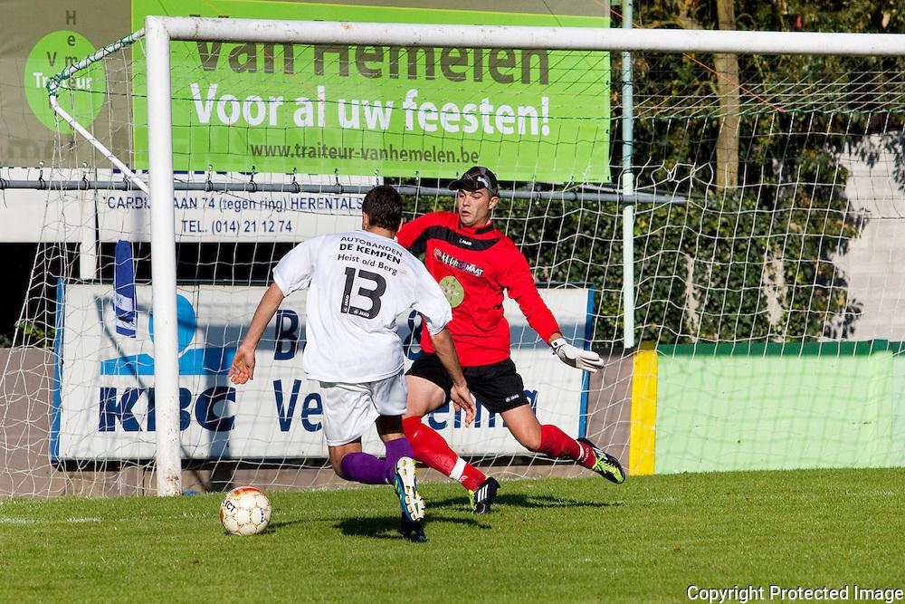 367450-Voetbal Linda Olen tegen FC Heikant-Samir Elmoussaoui (heikant) en Marien Kenny