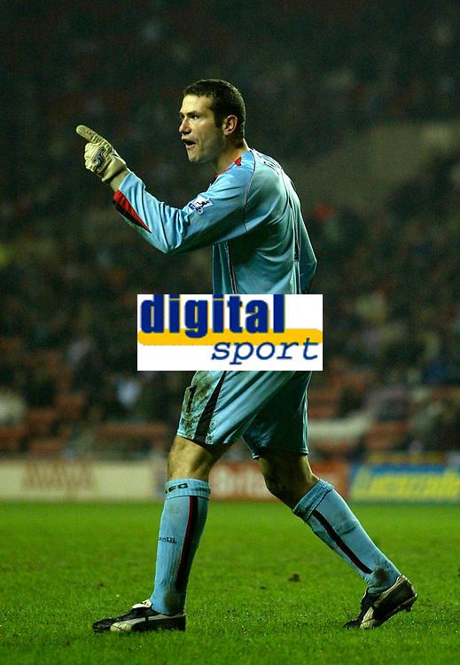 Photo: Andrew Unwin.<br />Sunderland v Northwich Victoria. The FA Cup. 08/01/2006.<br />Sunderland's goalkeeper, Kelvin Davis, makes his point.