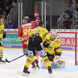 ... aber nur wenig spaeter kann Jerome Flaake (Duesseldorfer EG, Nr. 90) ueber das 3-2 nach Verlaengerung jubeln, Oskar Oestlund (Krefeld Pinguine, Nr. 55) ist geschlagen beim Spiel in der DEL, Duesseldorfer EG (rot) - Krefeld Pinguine (gelb).<br /> <br /> Foto © PIX-Sportfotos *** Foto ist honorarpflichtig! *** Auf Anfrage in hoeherer Qualitaet/Aufloesung. Belegexemplar erbeten. Veroeffentlichung ausschliesslich fuer journalistisch-publizistische Zwecke. For editorial use only.