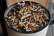Nederland, Nijmegen, 22-9-2008Asbak buiten een horecagelegenheid waar peuken van sigaretten in liggen. Ashtray outside a restaurant where cigarette stubs lie in.Foto: Flip Franssen