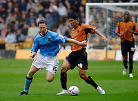 Fotball<br /> England 2005/2006<br /> Foto: SBI/Digitalsport<br /> NORWAY ONLY<br /> <br /> Wolverhampton Wanderers v Hull City<br /> Coca Cola Championship. 13/08/2005.<br /> <br /> Hull's Roland Edge (L) holds off a challenge from Seol Ki-Hyeon