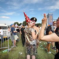 Nederland, Amsterdam , 23 juli 2012..Opgedofte festivalgangers tijdens het Milkshake festival in Westerpark..Milkshake is niet zomaar een festival. Natuurlijk staat vertier voorop, maar Milkshake heeft wel een duidelijke boodschap. Milkshake gaat over hoffelijkheid, vrijheid en tolerantie, maar ook over liefde en denken zonder hokjes. Alle betrokkenen, zoals Erwin Olaf en Lolita Klup by Now&Wow, werken vanuit deze gedachtegang...Stages met elk een eigen karakter vormen het platform voor dit festival. Eén ding hebben de verschillende podia met elkaar gemeen: een gevoel van hoffelijkheid, vrijheid en tolerantie. Verwacht sprankelende decors, performance-art en vooral heel veel vertier..Foto:Jean-Pierre Jans