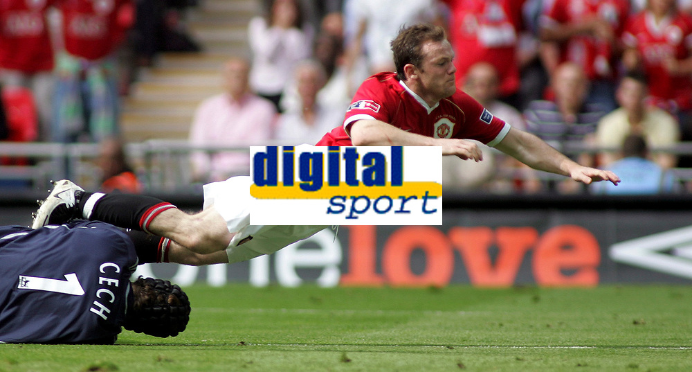 Photo: Paul Thomas.<br /> Chelsea v Manchester United. The FA Cup Final. 19/05/2007.<br /> <br /> Wayne Rooney (Red) of Utd can't get past keeper Petr Cech.